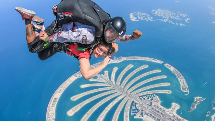 Прыжок с парашютом дубай музей феррари дубай